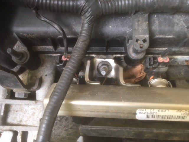 Fuel rail bolt right.jpg